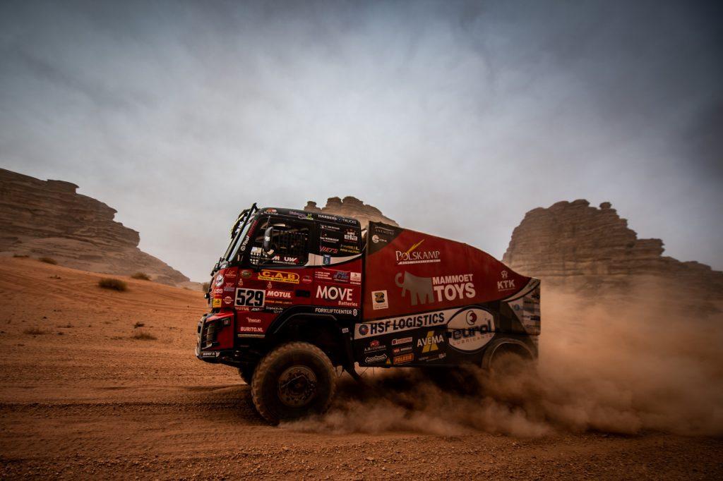 Mitchel van den Brink sleurt de Volvo door Saoedi-Arabië