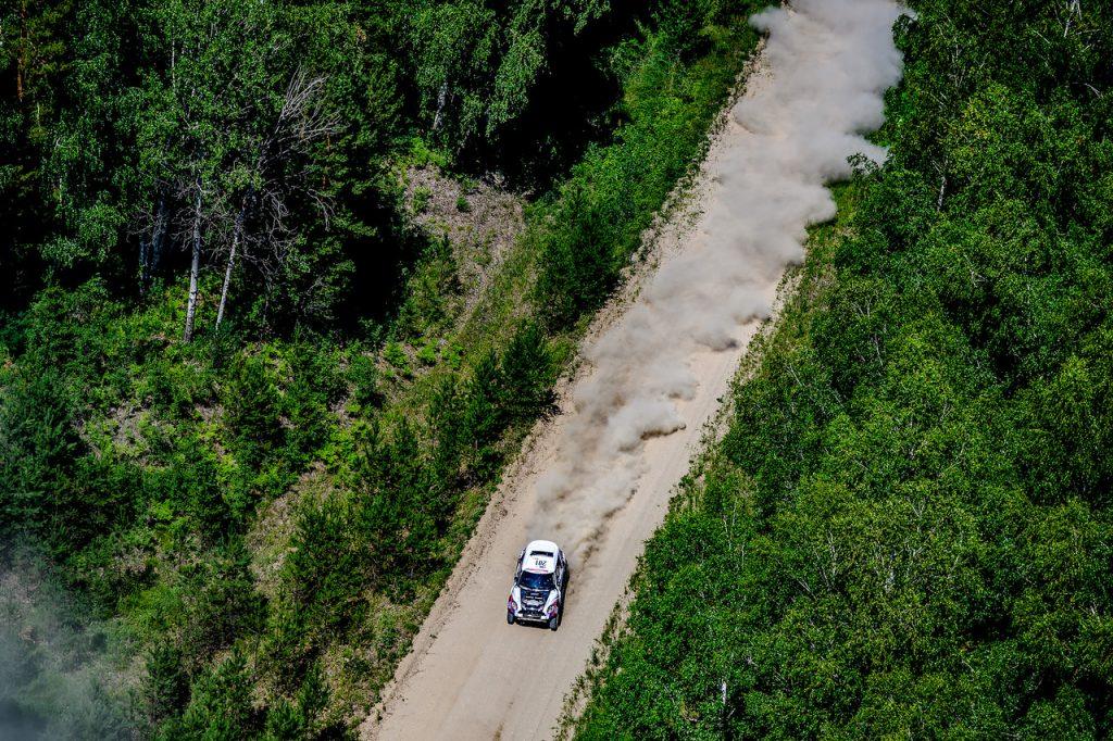 Kleine verschillen op weg naar het Altai-gebergte tijdens de tweede Silk Way etappe